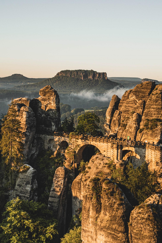 Blick auf die Basteibrücke beim Sonnenaufgang