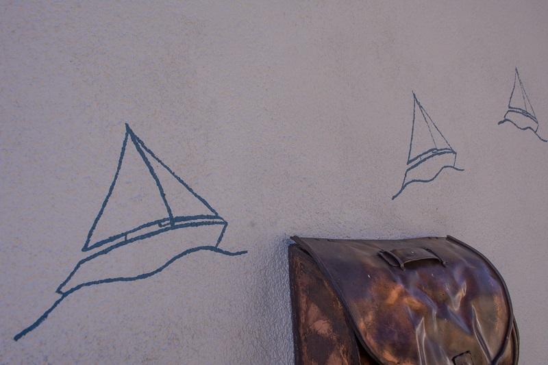 Arnis an der Schlei - Boote an der Hauswand