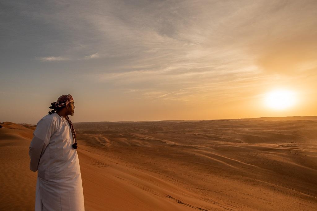 Adel in der Wüste beim Sonennuntergang
