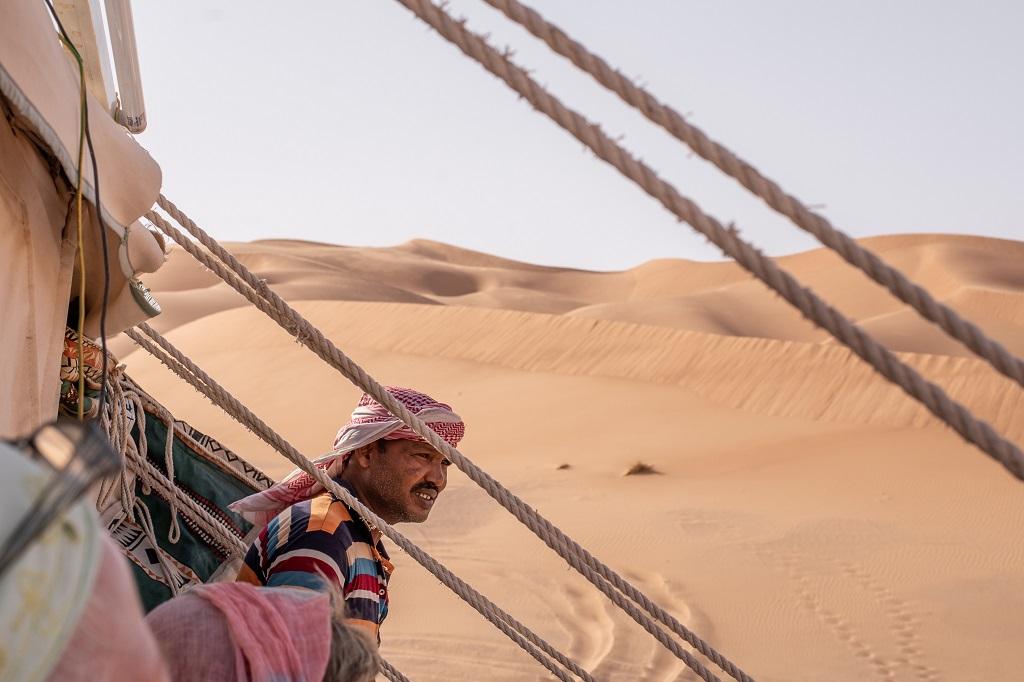 Zelt und Inhaber in der Wüste