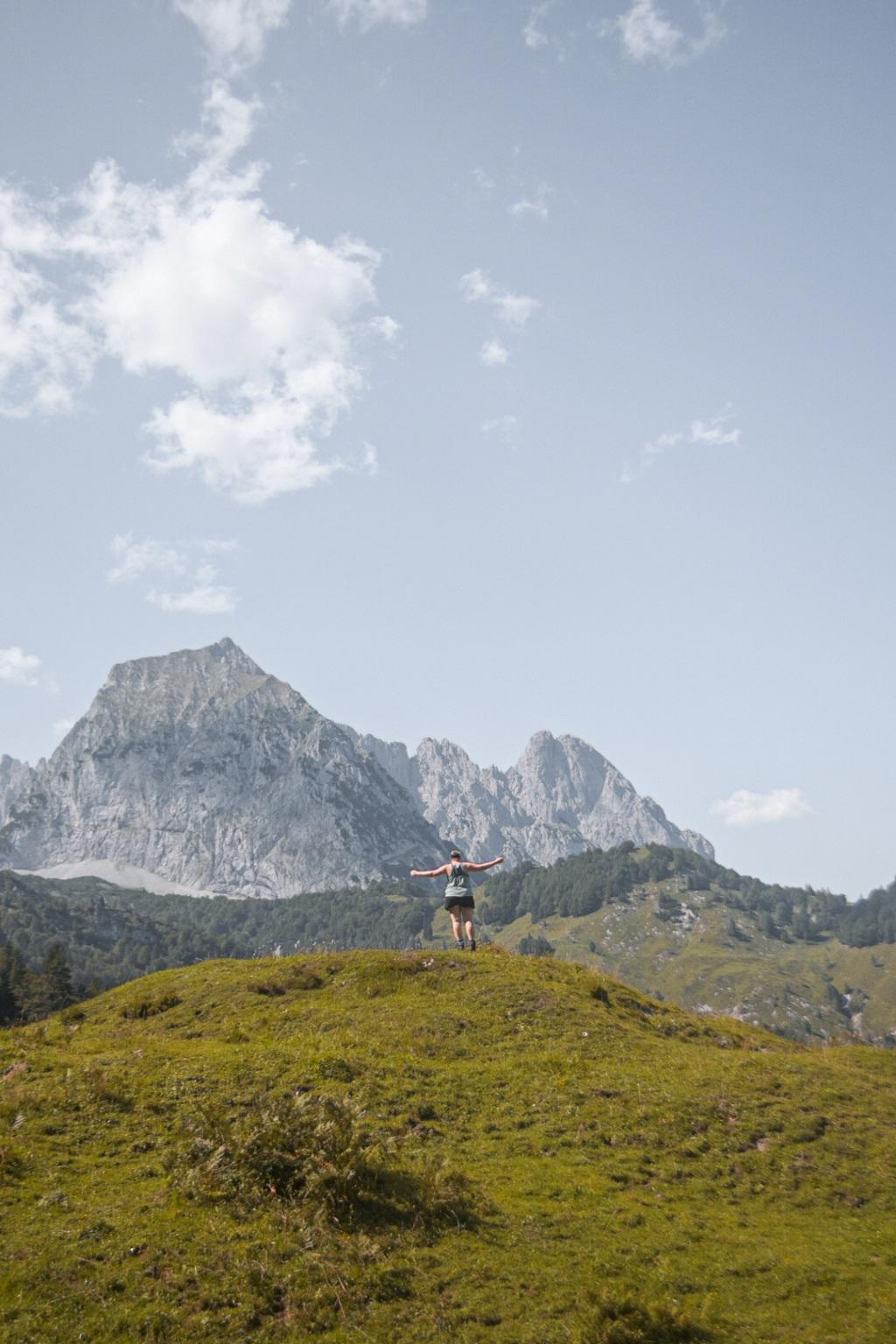 Aufnahme beim Wandern vor Berg auf dem Koasa Trail