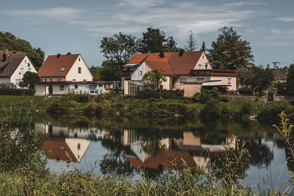 Gespiegelte Häuser im Wasser
