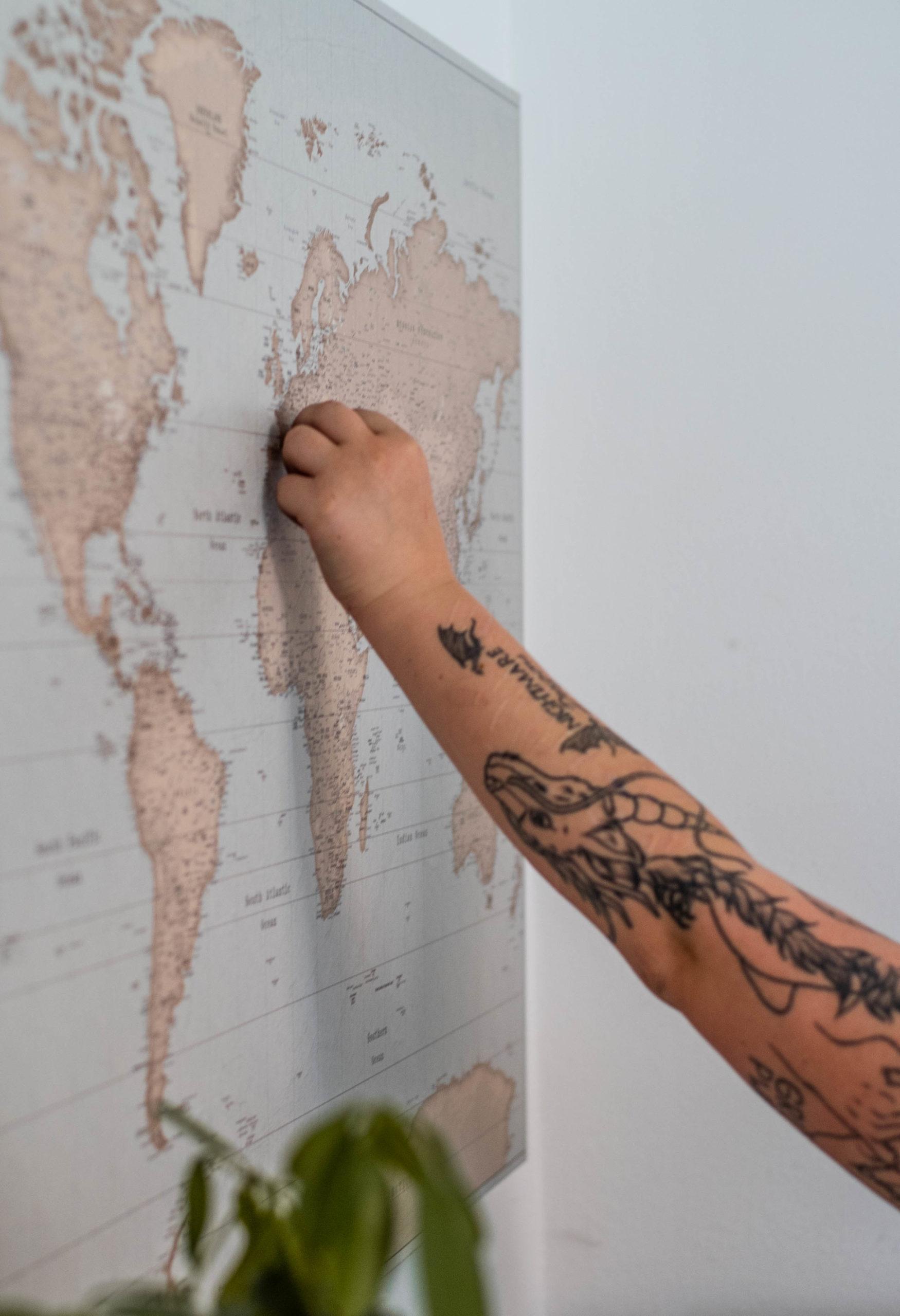 Pinnen auf die Weltkarte