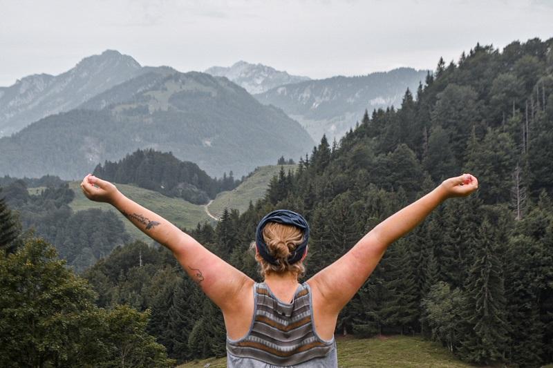 Aufnahme von mir beim Wandern vor Bergen
